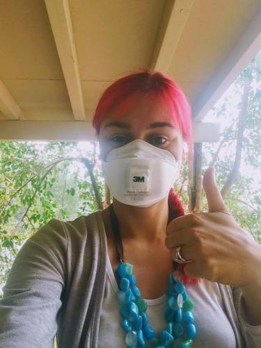 S protikouřovou maskou